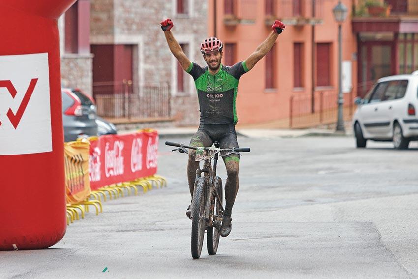 Adrián González alza los brazos en Somiedo. ©Fotoscarreras.com